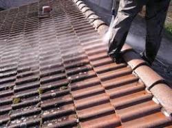 5 étapes pour bien nettoyer sa toiture