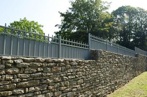 Quel type de clôture posé sur un muret en pierre ?